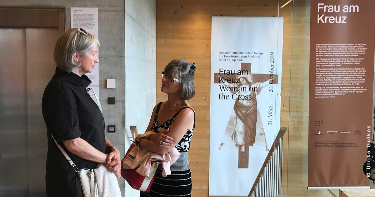 Willkommen in unserer Ausstellung - Judith und Barbara beim Stiegenaufgang